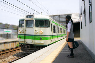電車を待っている女子高生の写真・画像素材[1017385]