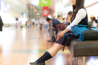 空港のベンチに座る女子高生(JK)の写真・画像素材[1160123]