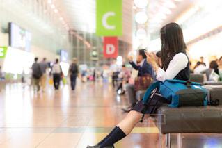 空港の出発ロビーのベンチに座るJKの写真・画像素材[1160124]