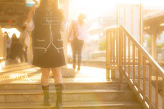 夕日の差し込む駅のホームを歩くJKの写真・画像素材[1160128]