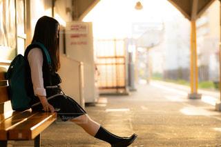 駅のベンチに座ってるJKの写真・画像素材[1160132]