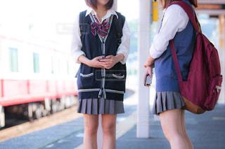 駅のホームで談笑する2人の女子高生の写真・画像素材[1168913]