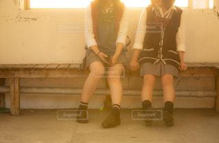 バス停のベンチに座るJK2人の写真・画像素材[1168920]