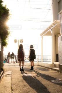 夕暮れの通学路を歩くJK2人の写真・画像素材[1168923]