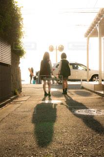 夕暮れの通学路を歩くJK2人の写真・画像素材[1168925]