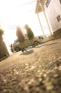 夕暮れな通学路を歩くJK2人の写真・画像素材[1168926]