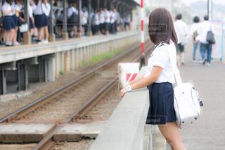駅で友達を見ているJKの写真・画像素材[1209226]