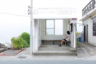 バス停にいるJKの写真・画像素材[1209230]