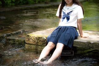 川の水で涼む女子学生(JK)の写真・画像素材[1417493]