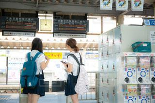 駅改札前で電車を待つJKの写真・画像素材[1418116]