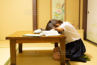和室でうたた寝をするJKの写真・画像素材[1447491]