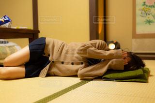寝転がって顔を隠してるJKの写真・画像素材[1447495]