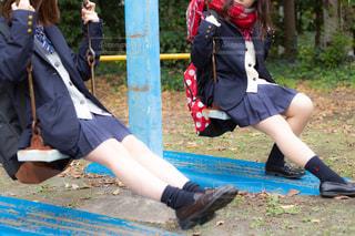 公園のブランコで遊ぶ高校生の写真・画像素材[1624617]