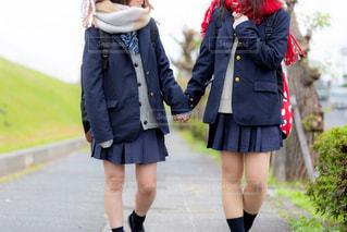 友達と手を繋いで歩いている高校生の写真・画像素材[1624622]