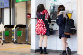 自動券売機できっぷを買う高校生の写真・画像素材[1624631]