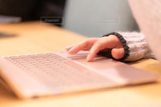 机の上でノートPCを操作してる女性の写真・画像素材[1682672]