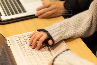 会議中の机の様子(PCあり)の写真・画像素材[1682673]