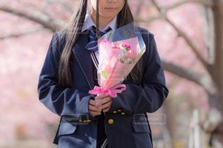花束を見つめる女子高生の写真・画像素材[1777711]