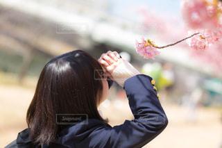 携帯電話を保持している女性の写真・画像素材[1777742]