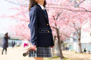 桜を見て想いを馳せる女子高生の写真・画像素材[1837046]