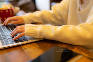 PCで作業をしている女の子の写真・画像素材[2009788]