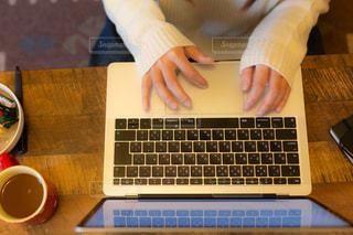 PCで作業をしている女性の写真・画像素材[2009793]