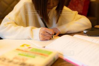勉強をしている若い女性の写真・画像素材[2009807]