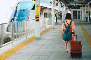 これから新幹線に乗る人の後ろ姿の写真・画像素材[2362590]