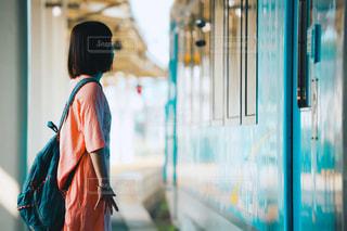 列車に乗ろうとしている女の子(田舎)の写真・画像素材[2364654]