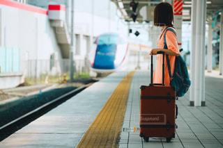 田舎の駅のホームで新幹線を待っている女の子の写真・画像素材[2364655]