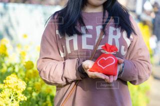 プレゼントを持っている女の子の写真・画像素材[2943576]