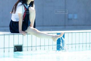 プールサイドに座る女子高生の写真・画像素材[3167975]
