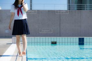 プールサイドを歩く女子高生の写真・画像素材[3167980]