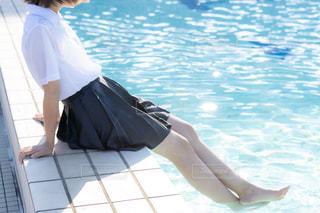 プールに足をつける制服姿の女子高生の写真・画像素材[3167978]