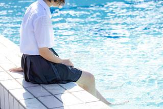 プールに足をつける女の子の写真・画像素材[3167979]