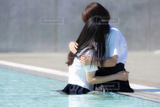 プールサイドで抱き合う女子高生の写真・画像素材[3167981]
