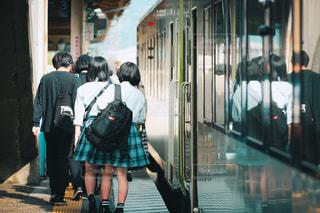 列車から降りてホームを歩く人々の写真・画像素材[3283705]