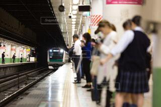 ホームで電車を待つ人々の写真・画像素材[3283706]