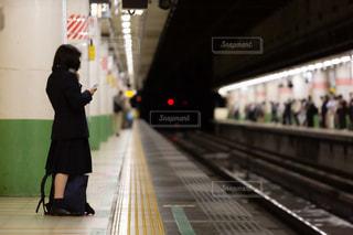 ホームで電車を待つ女子高生の写真・画像素材[3283708]