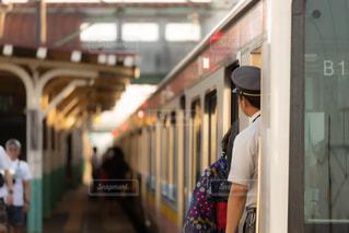 浴衣を着た女性が電車に乗る瞬間の写真・画像素材[3283712]