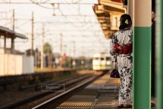 駅のホームで電車を待つ浴衣姿の女性の写真・画像素材[3283709]
