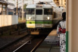 ホームで電車が来るのを待っている浴衣姿の女性の写真・画像素材[3283710]