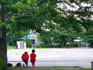 公園で休憩するユニフォーム姿の小学生の写真・画像素材[3283714]