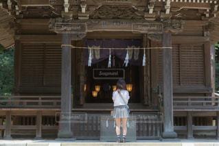 神社で神様にお願いごとをしている女子高生の写真・画像素材[3293954]