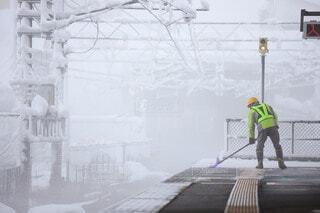 ホームの除雪をしている駅員さんの写真・画像素材[3994391]