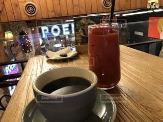 テーブルの上のコーヒー カップの写真・画像素材[980453]