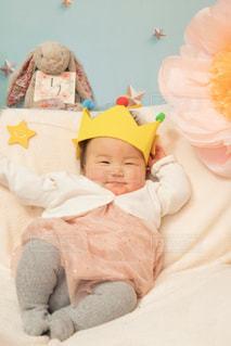 ベッドの上に座っている赤ん坊の写真・画像素材[2119319]