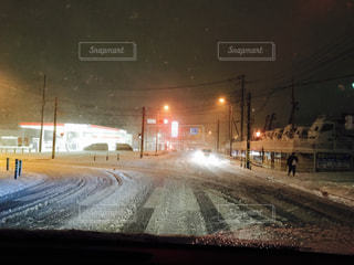 雪の夜の交差点の写真・画像素材[978366]