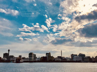 バック グラウンドで市と水の大きな体の写真・画像素材[1858979]