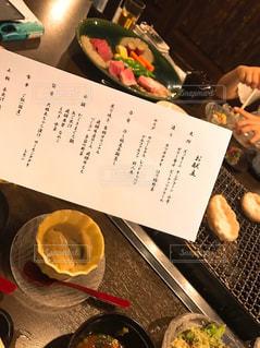 テーブルの上に食べ物のボウルの写真・画像素材[978588]